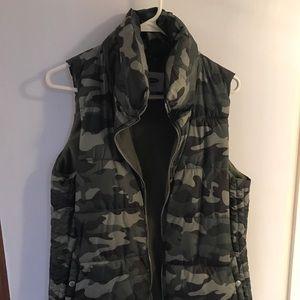 Old Navy camo puffer vest medium